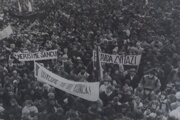 Generálny štrajk pred kultúrnym domom, november 1989