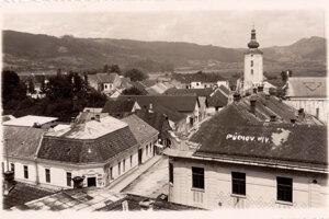 Pohľad na Púchov – z budov na fotografii zostal stáť iba kostol.