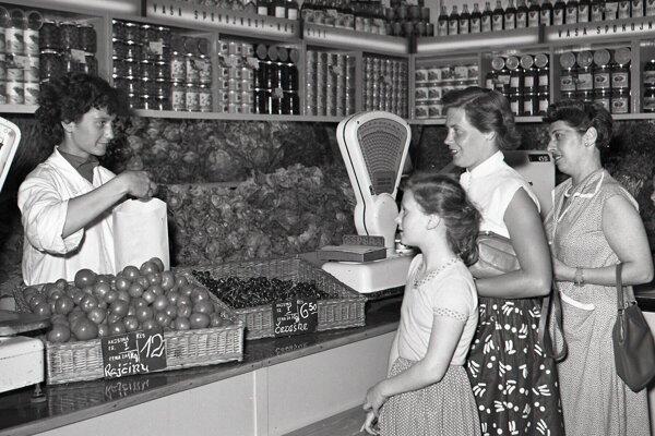 Novootvorená predajňa na Molotovovej ulici v Bratislave, rok 1957.