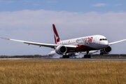Boeing 787-9 Dreamliner spoločnosti Qantas pristáva v Sydney po lete z Londýna.