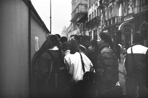 Zvesti sa šírili rýchlo, medzi ľuďmi sa informácie o manifestáciách šírili ústne a letákmi.