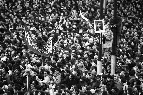 Námestie Slovenského národného povstania v centre Bratislavy sa 23. novembra 1989.