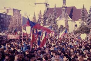 Masová demonštrácia na námestí vo Zvolene v novembri 1989.
