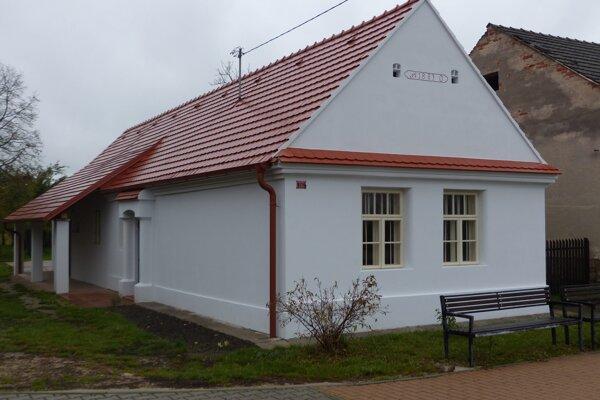 Sedliacky dom z roku 1887, ktorý členovia Občianskeho združenia Pjekné mjestečko zrekonštruovali a zriadili v ňom súkromnú expozíciu ľudového bývania v obci Kúty.
