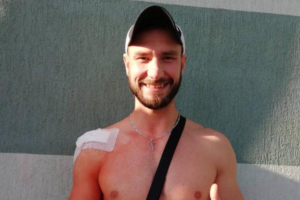 """Dominik Krok sa s novou """"výbavou"""" usmieval cez bolesť."""