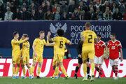 Thorgan Hazard (vľavo) oslavuje so spoluhráčmi po góle Rusom.