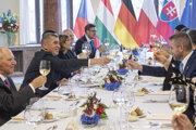 Pellegrini si pripíja s premiérom ČR Andrejom Babišom počas slávnostného obeda v Prahe.