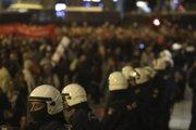 Polícia počas pochodu v Aténach 17. novembra 2019.