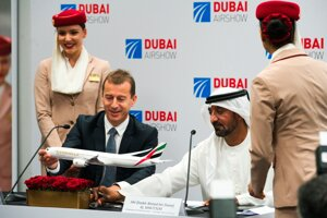 Šéf Airbusu Guillaume Faury a šejk Ahmed bin Saeed Al Maktoum, šéf spoločnosti Emirates.