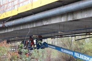 Robotníci pracujú na moste pri Štrande.