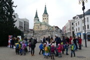 """Deti a žiaci počas podujatia Bubnovačka """"Aby bolo deti lepšie počuť"""" na Hlinkovom námestí v Žiline."""