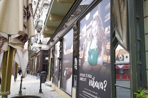 Starbucks ide do Starého mesta Bratislavy.