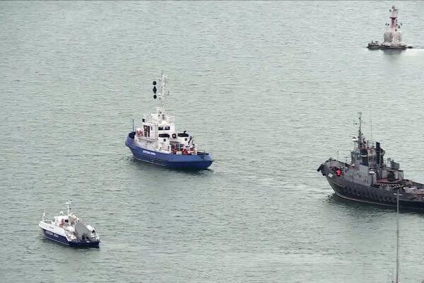 Zadržanú ukrajinskú loď (vpravo) odprevádza ruská pobrežná stráž z prístavu v Kerčskom prielive na Kryme v nedeľu 17. novembra 2019.