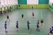 Mladí hádzanári z Kysuckého Nového Mesta v zápasovej akcii.