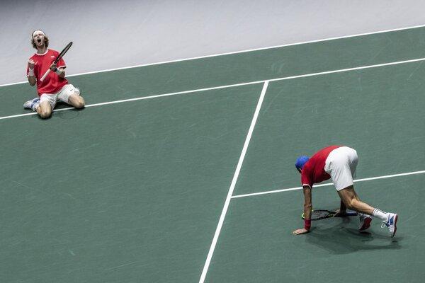 Andrej Rubľov (vľavo) a Karen Chačanov oslavujú postup do semifinále Davis Cupu 2019.