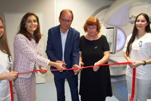Prístroj oficiálne uviedli do prevádzky ministerka Kalavská, generálna riaditeľka nemocnice Mikušová a primár onkológie Detvay.