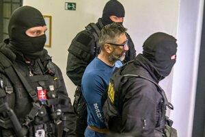 Šéfa zločineckej skupiny takáčovci Ľubomíra Kudličku zvaného Kudla eskortujú na súd.