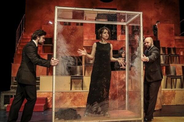Monika Potokárová v predstavení SND Antigona.