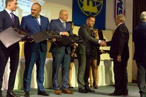Marcelovi Beníkovi gratuluje Predseda komisie rozhodcov Boris Kočergin.