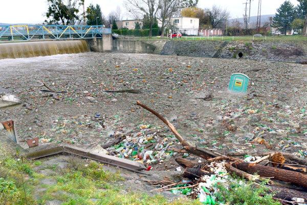 Hladinu pri splave na Aničke pokrývala súvislá vrstva odpadu.