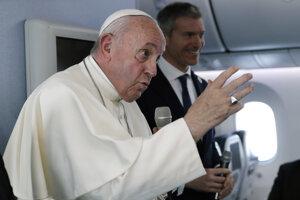 Pápež František v lietadle na ceste z Japonska.