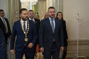 Na snímke vľavo primátor Bratislavy Matúš Vallo a vpravo predseda vlády SR Peter Pellegrini prichádzajú na rokovanie 186. schôdze vlády do Zrkadlovej sály Primaciálneho paláca v Bratislave 27. novembra 2019.