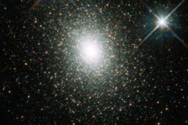 Čierne diery so strednou hmotnosťou môžu byť sto- až stotisíckrát hmotnejšie ako Slnko. Na zábere je guľová hviezdokopa Mayall II, v ktorej sa podobná čierna diera môže nachádzať.