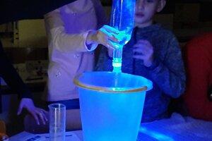 Žiaci si vyskúšali rôzne chemické pokusy.