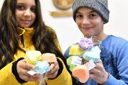Ŕómske deti ponúkajú ručne vyrobené mydielka zamestnancom úradu za dobrovoľný príspevok.