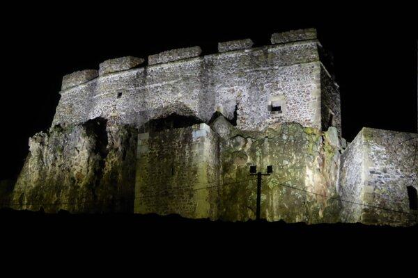 Levický hrad v noci.