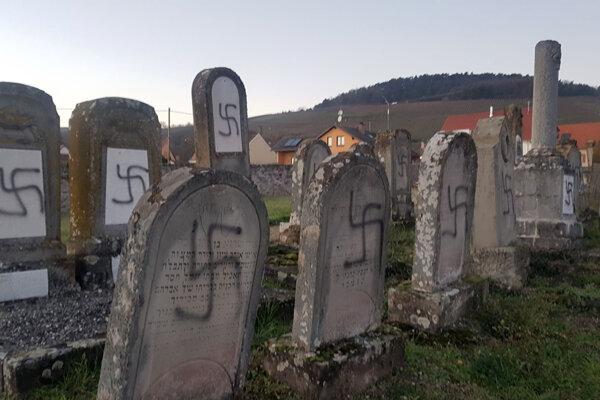 Znesvätené náhrobky na židovskom cintoríne.