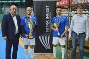 Z oceňovania pred rokom – vľavo Štefan Korman, vpravo Ondrej Ščurka ml., vdresoch hráči víťazného tímu Švec aspol. Peter Vojtek aDávid Hamar.