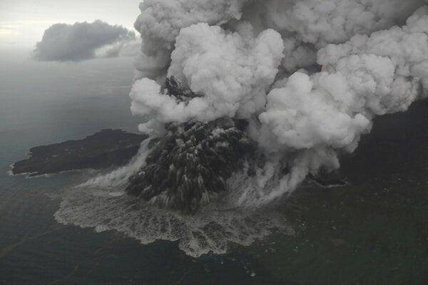 Sopka Anak Krakatoa počas erupcie 23. decembra 2018.