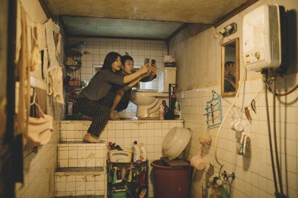 Plesnivý byt v suteréne, kde žili hlavné postavy filmu Parazit.