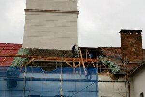 Práce na streche múzea zo strany dvoru budovy.
