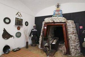 Expozíciu múzea tvorí aj replika banského portálu.