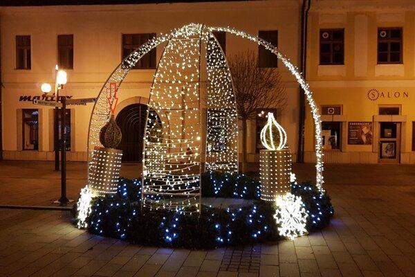 Adventný veniec na Hlavnej ulici. Sviečku v ľavej časti mladý Košičan odtrhol.