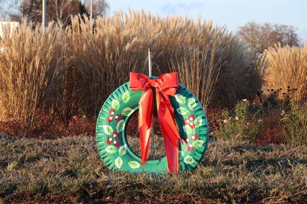 Vianočná výzdoba na kruhovom objazde v Senici