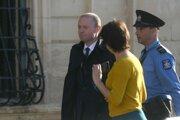 Dosluhujúci maltský premiér Joseph Muscat.