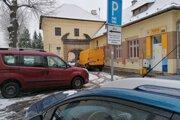 Parkovanie pred poštou v Bojniciach ostáva bezplatné, treba však mať parkovací kotúč.