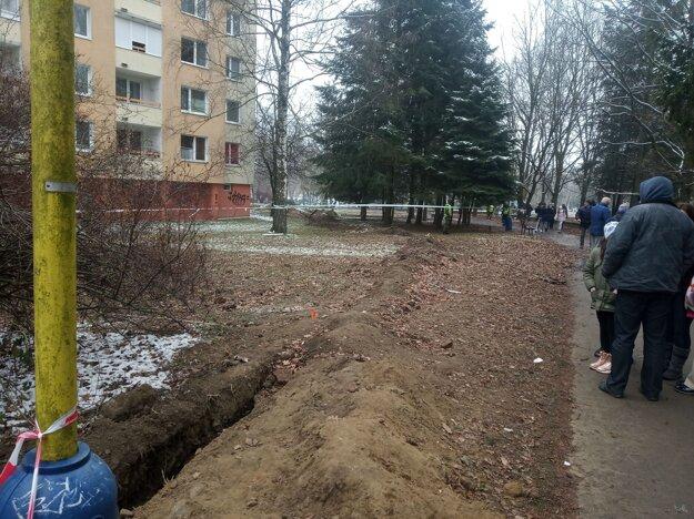 Výkopové práce na Mukačevskej v okolí vybuchnutej bytovky.