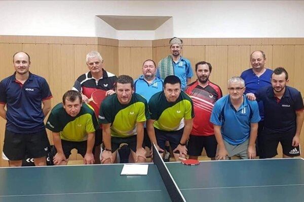Spoločné foto zo zápasu Č. kameň A (v zelenom) a Pruské B.