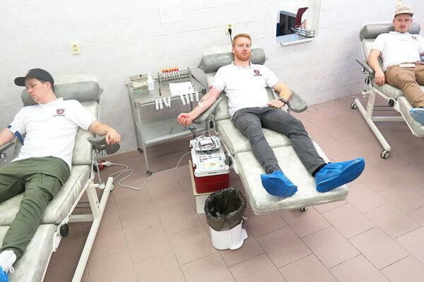 Hokejisti pri odbere krvi.