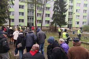 Evakuovaní ľudia z okolitých bytoviek čakajú na postupný vstup do svojich bytov.