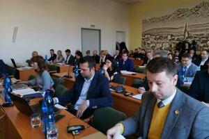 Poslanci prijali nové mestské nariadenie jednomyseľne.