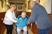Mária Kičinová chcela bratovi Štefanovi Kačmárovi urobiť radosť novým elektrickým vozíkom. Mechanický si vyžadoval jej pomoc.