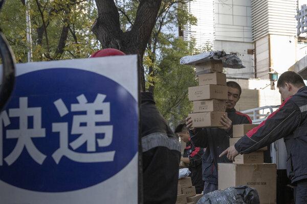 Zamestnanec donáškovej služby odovzdáva zákazníkovi objednané balíčky počas tzv. Sigles Day.