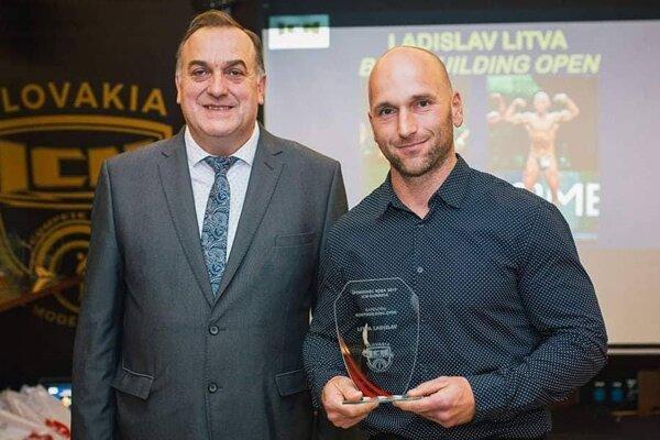 Ladislav Litva (vpravo) s ocenením.