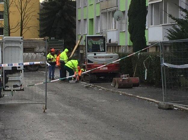 Robotníci, ktorí robia prípravné práce na búranie bytovky, museli pre podozrenie z úniku plynu dočasne odísť od zničenej bytovky.