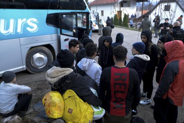 Migrantov odvážajú z tábora.